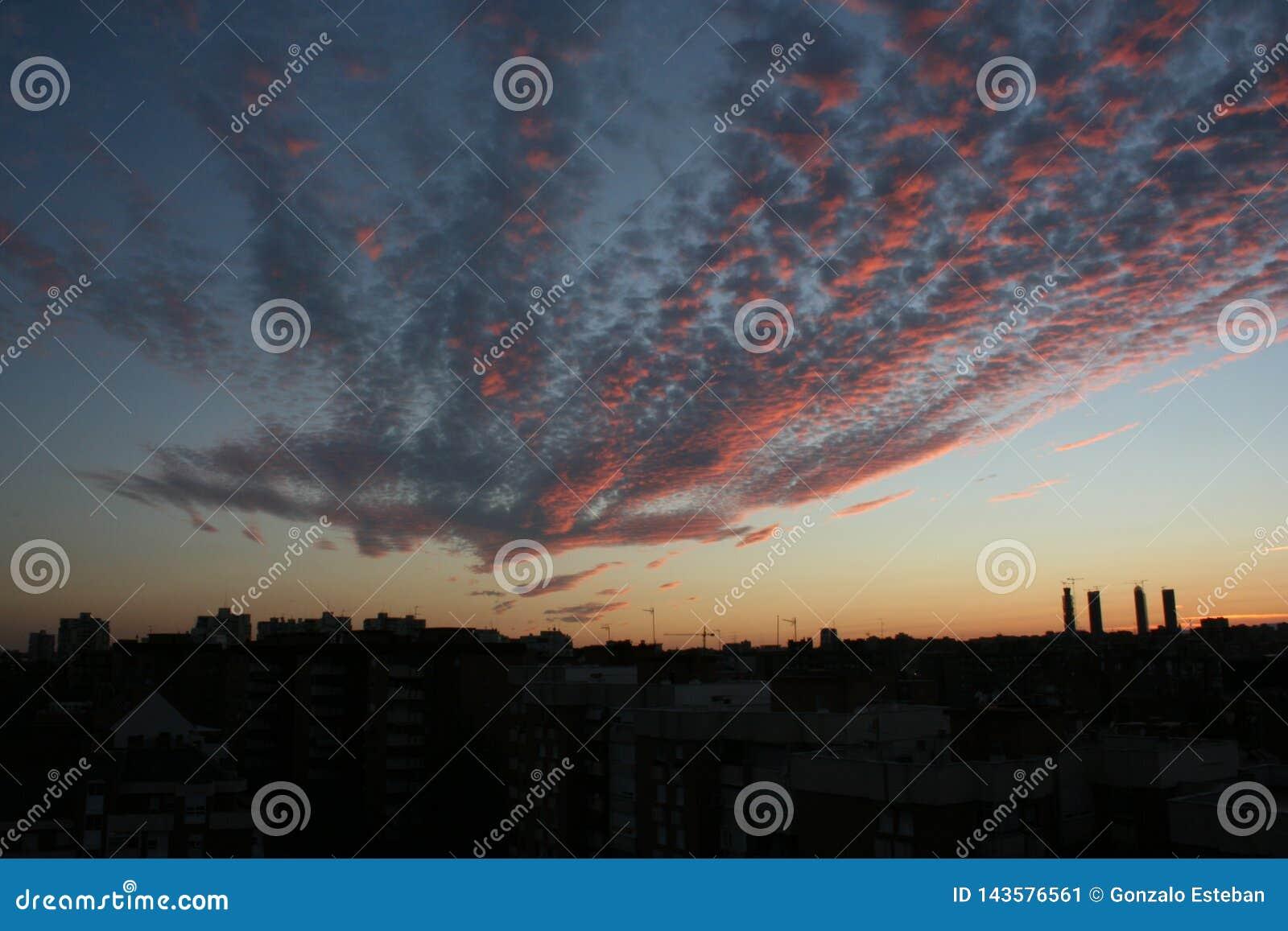 Por do sol com o céu vermelho no Madri