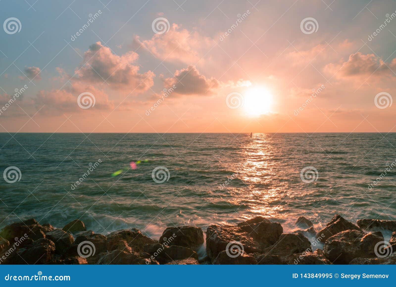 Por do sol com um marinheiro em Tel Aviv, Israel