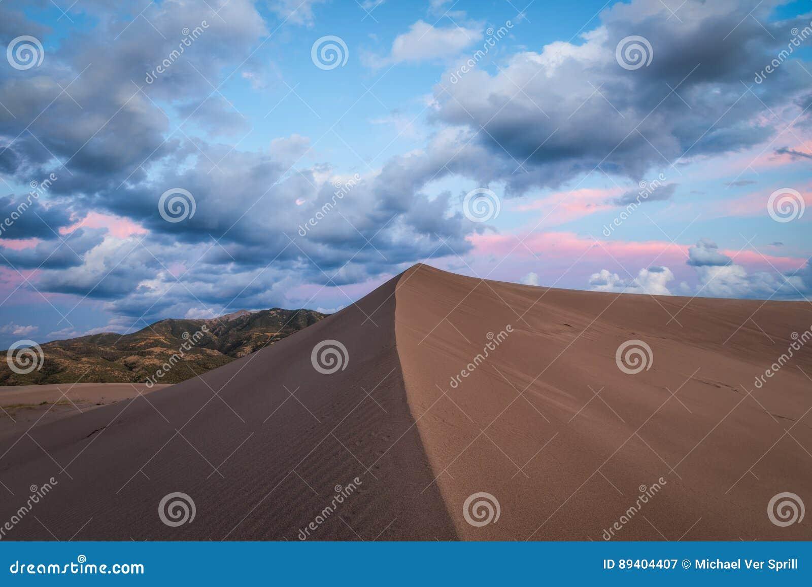 Por do sol da duna de areia em Colorado