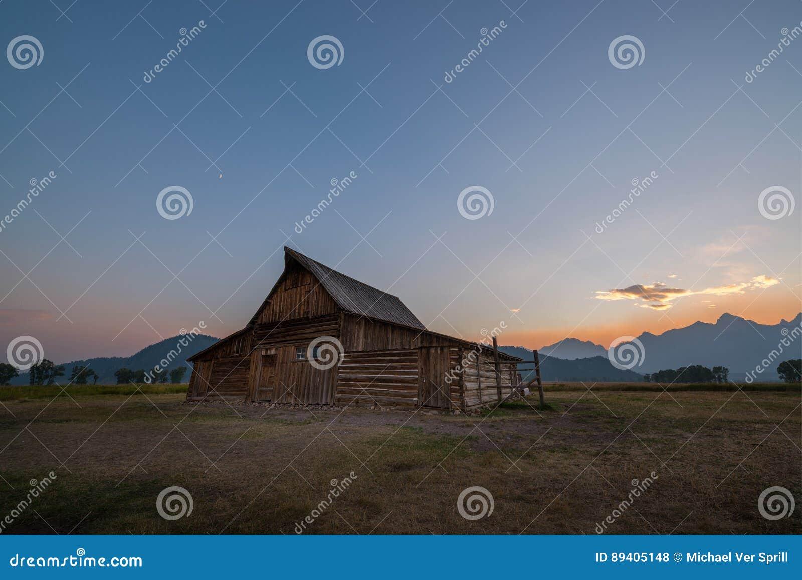 Por do sol da fileira do mórmon do celeiro de Moulton