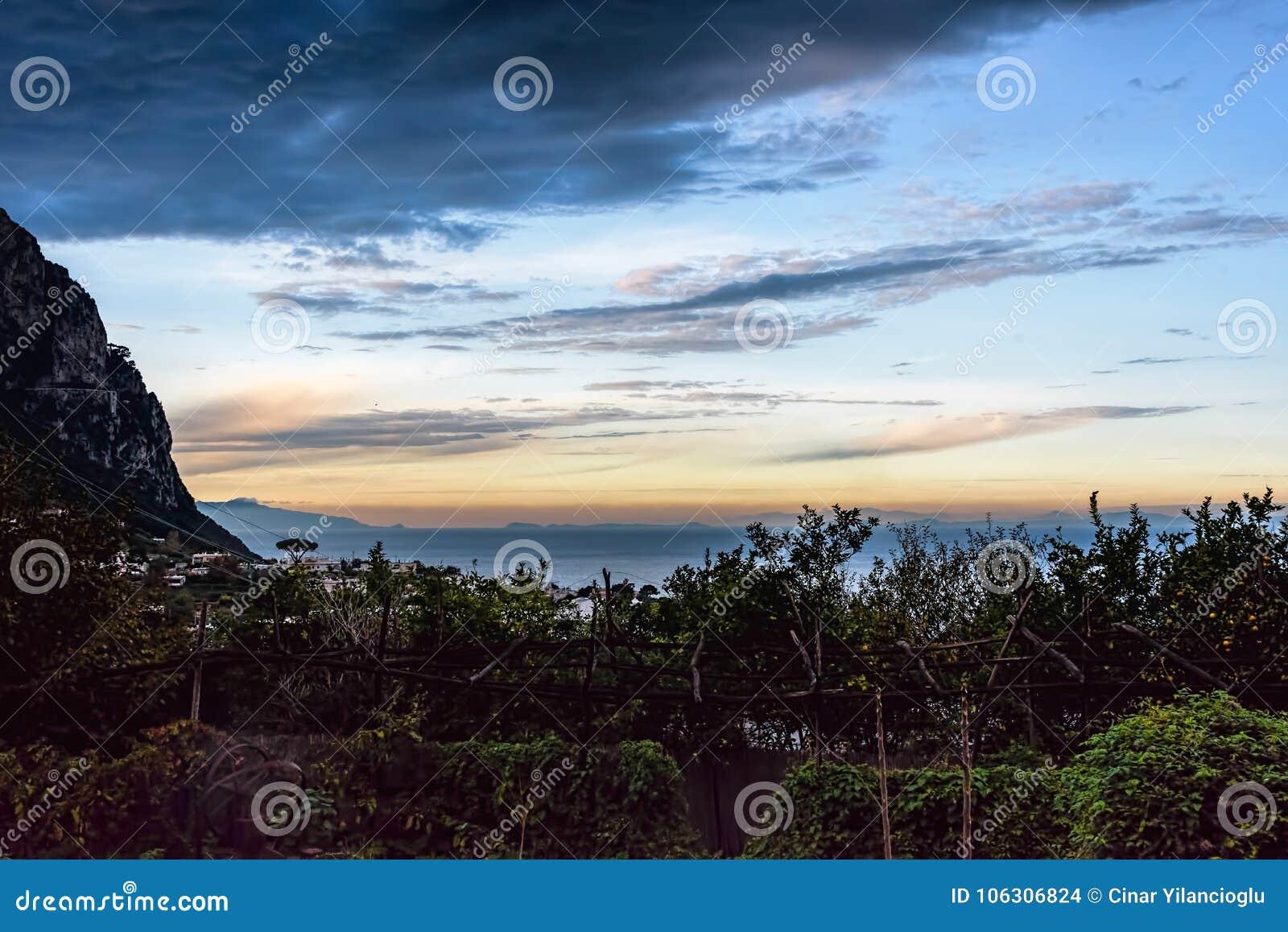 Por do sol da ilha de Capri com nuvens dispersadas