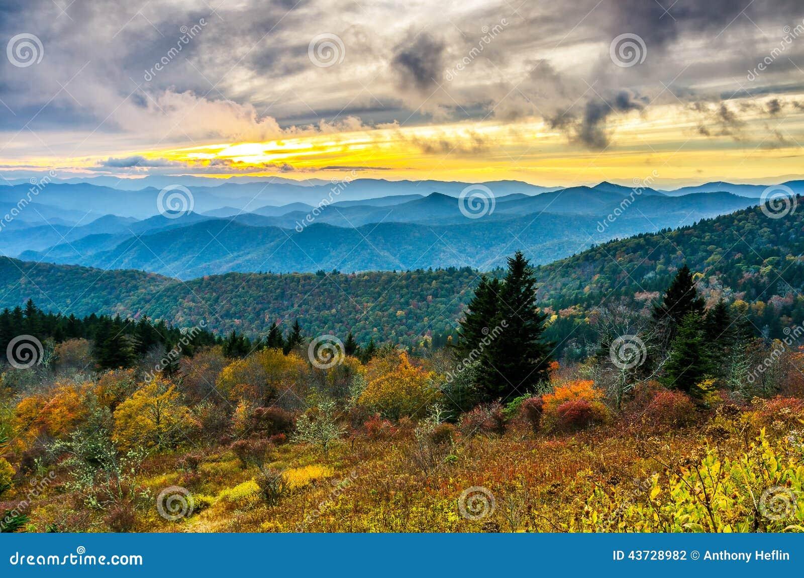 Por do sol da queda, montanhas de Cowee, Ridge Parkway azul