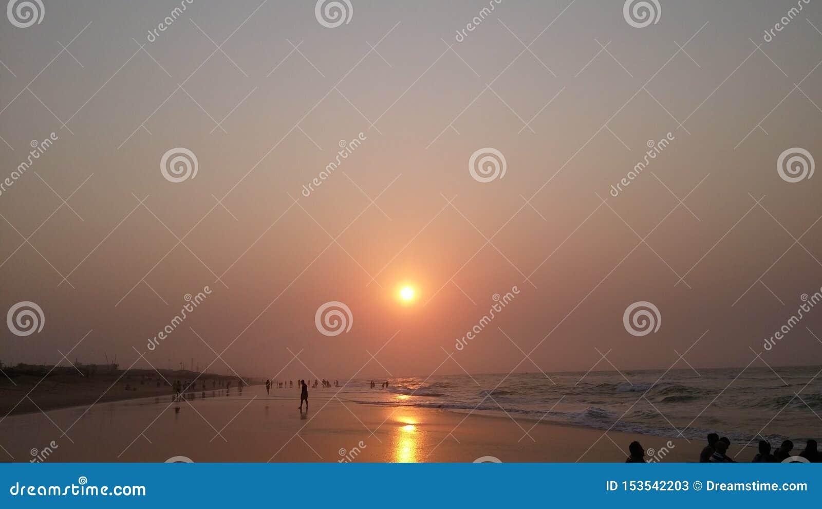 Por do sol de afogamento bonito