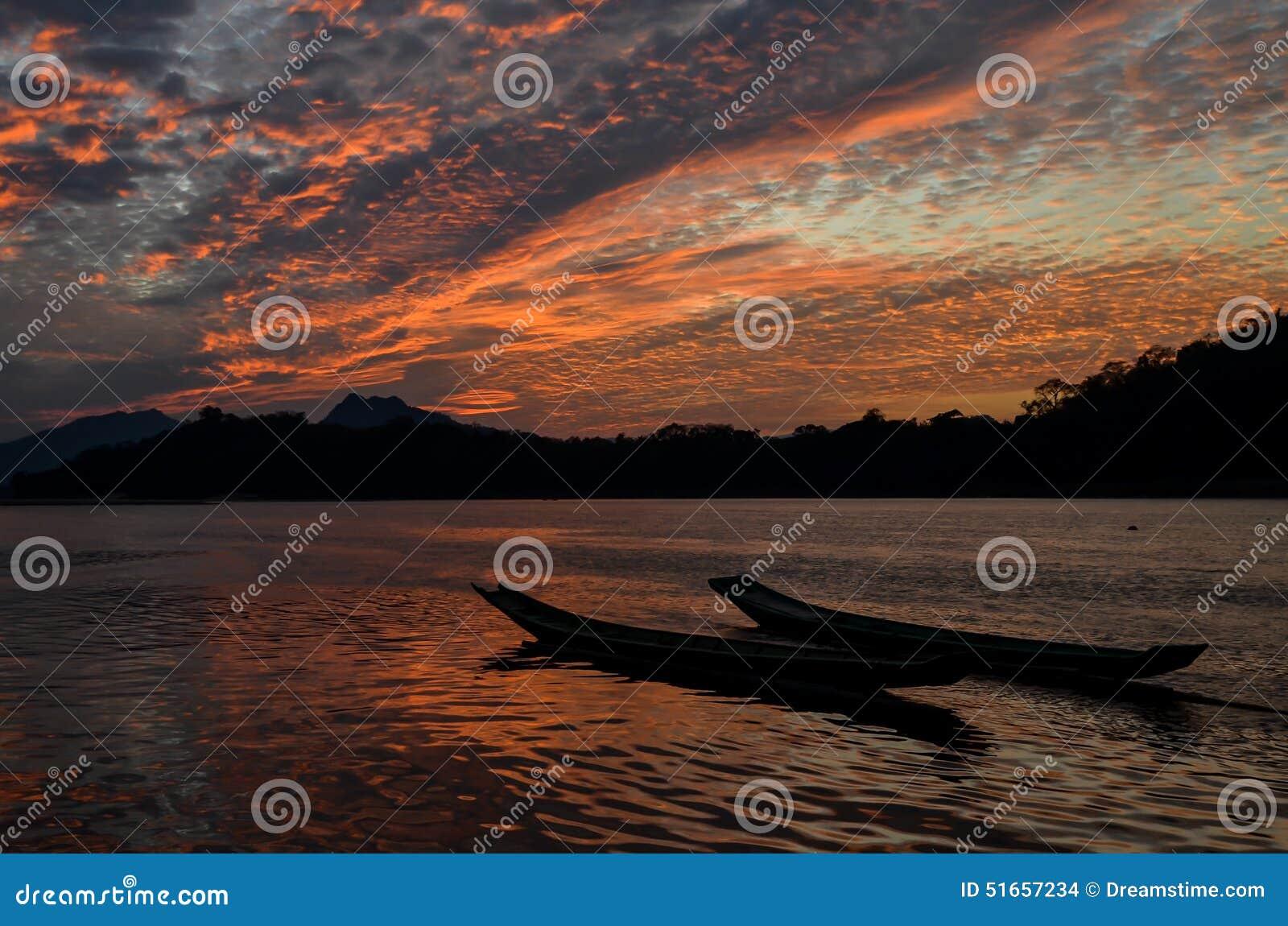 Por do sol de Mekong River em Luang Prabang