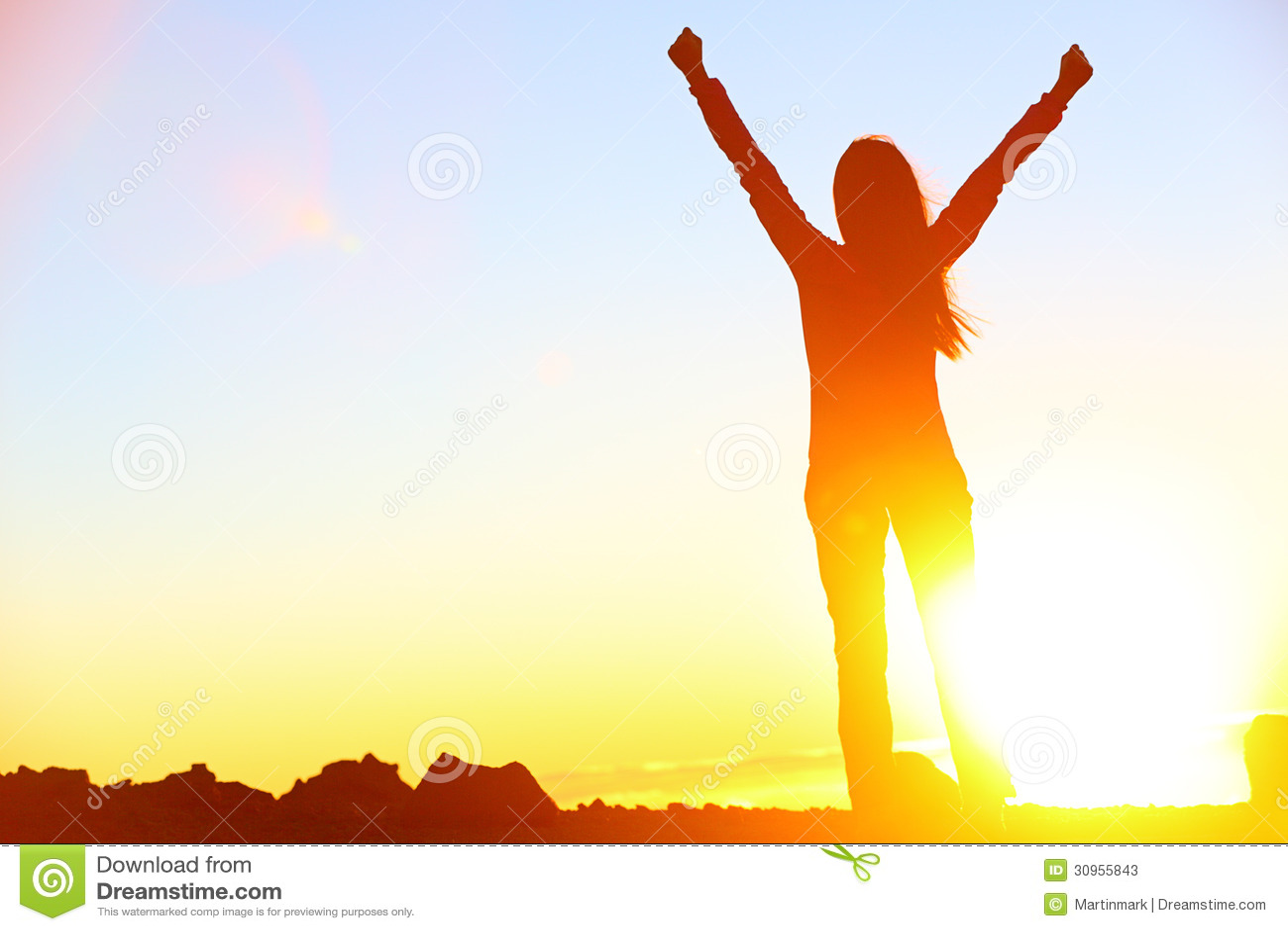 Por do sol de vencimento de comemoração feliz da mulher do sucesso