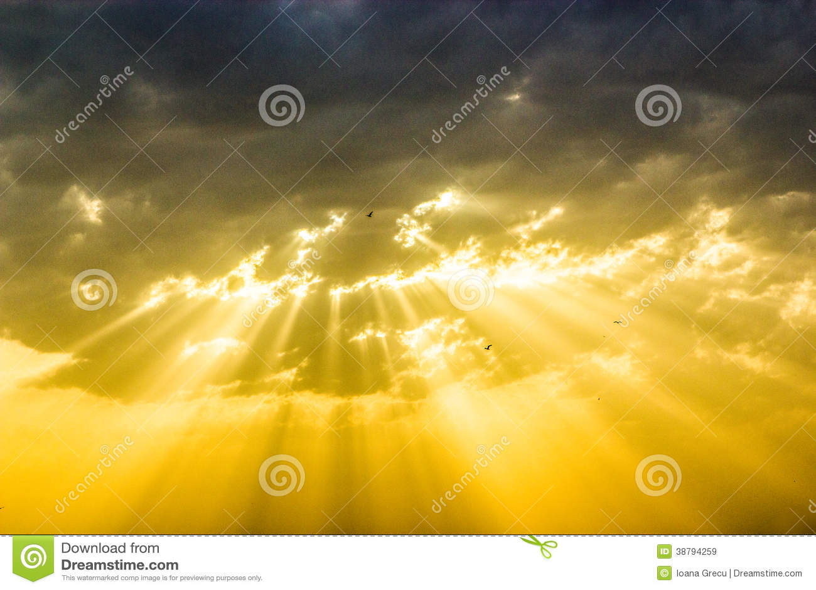 Por do sol divino com raios do sol