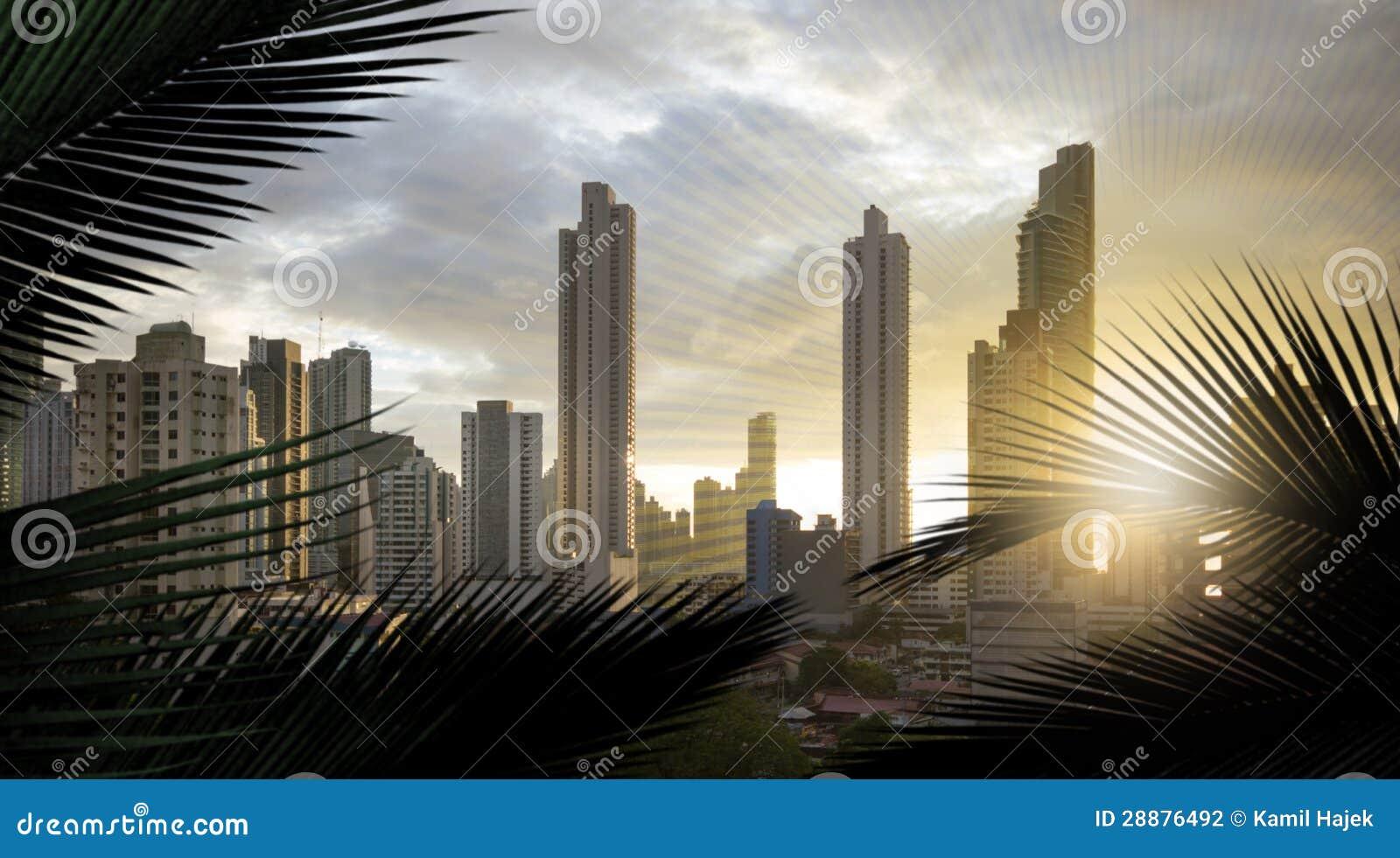 Por do sol do panorama de Panamá