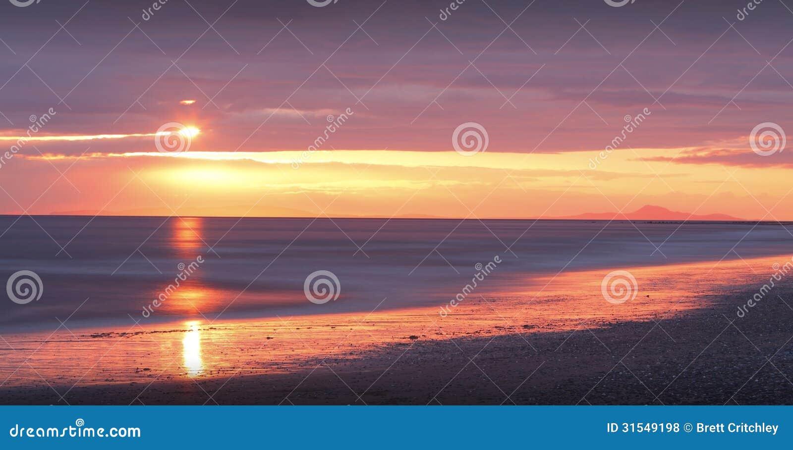Por do sol dourado na praia