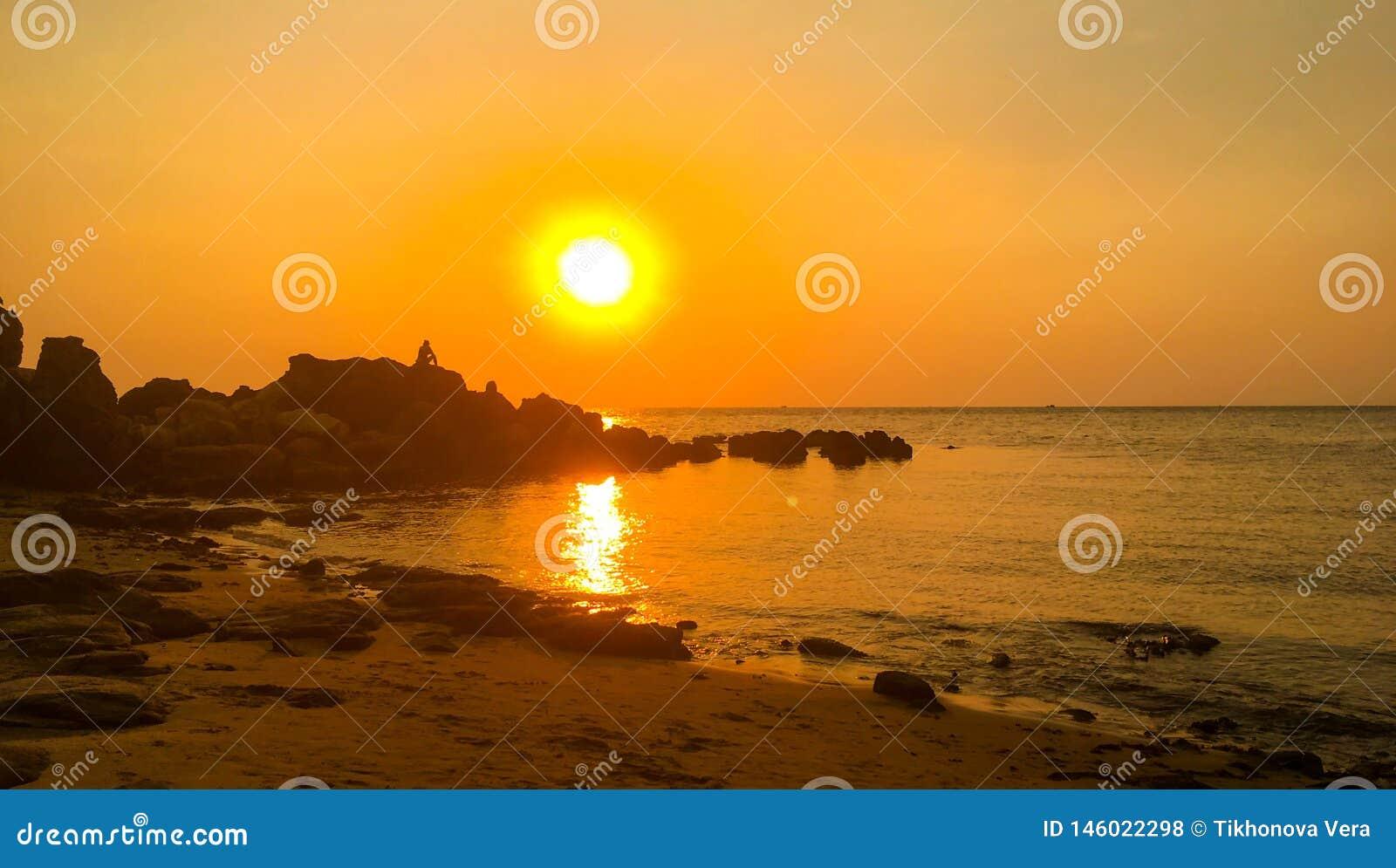 Por do sol dram?tico sobre o mar