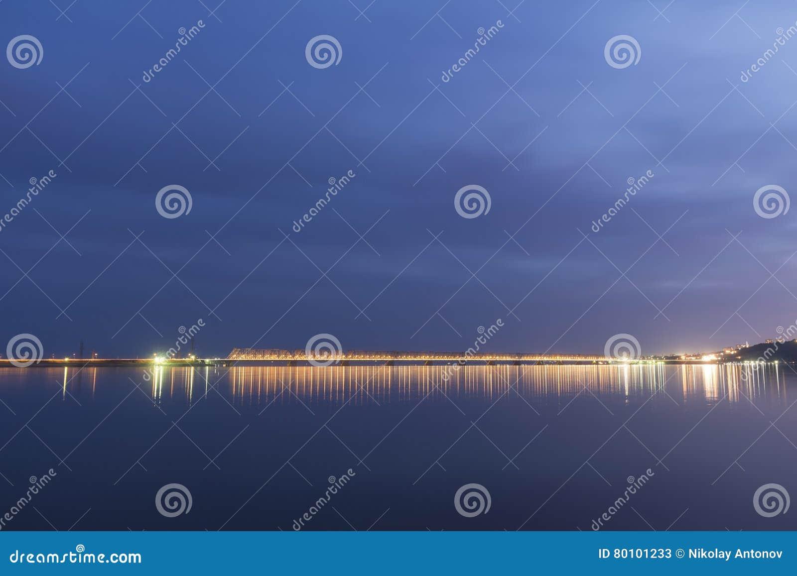 Por do sol durante a hora azul sobre o Rio Volga e a ponte presidencial, situados em Ulyanovsk Rússia