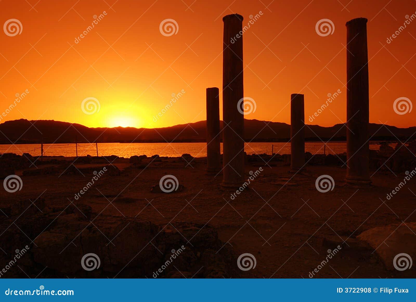 Por do sol e ruínas