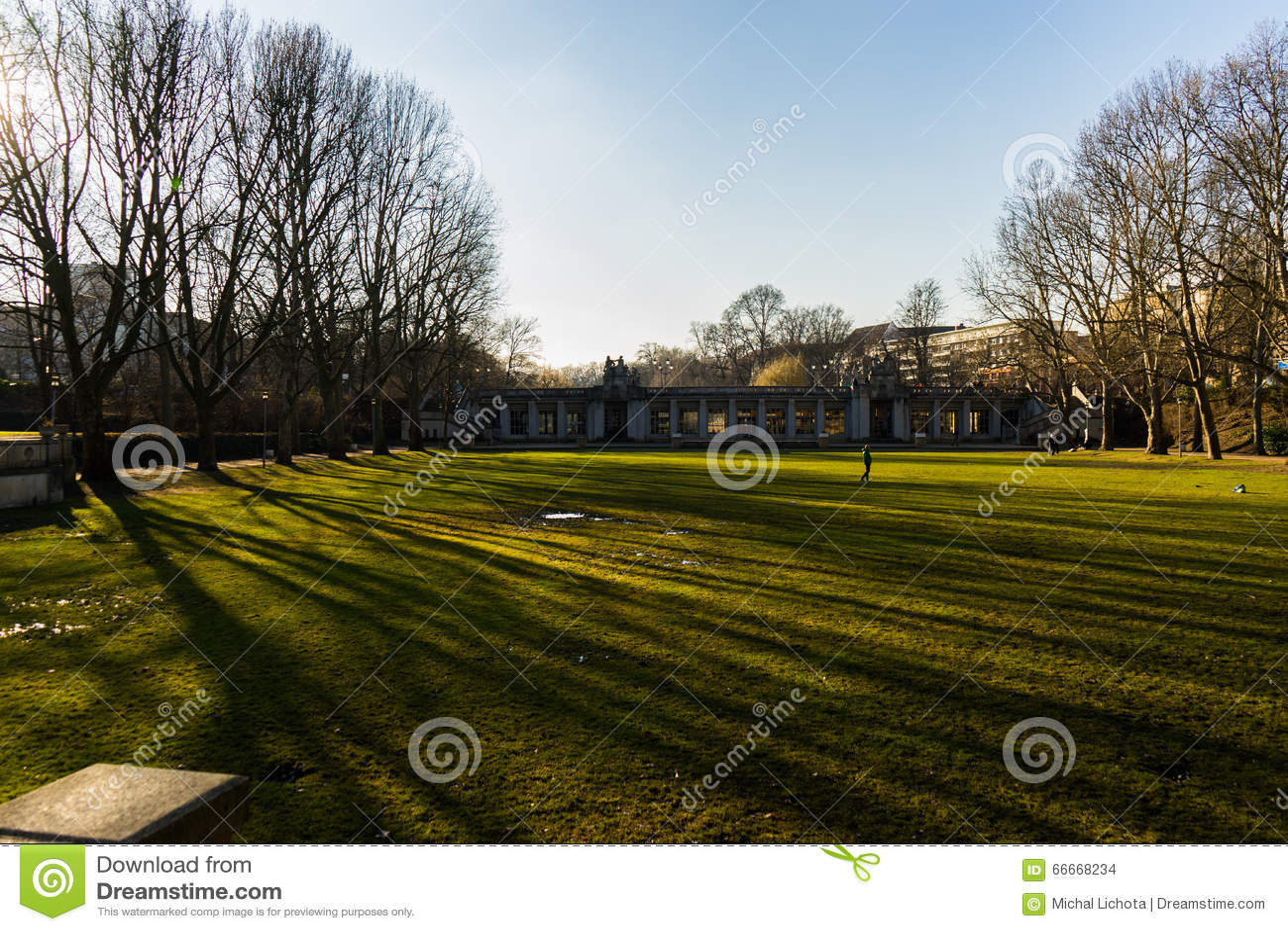 Por do sol e sombras em um parque