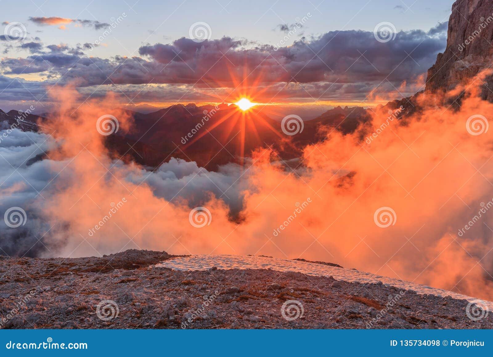 Por do sol em cumes da dolomite, Itália