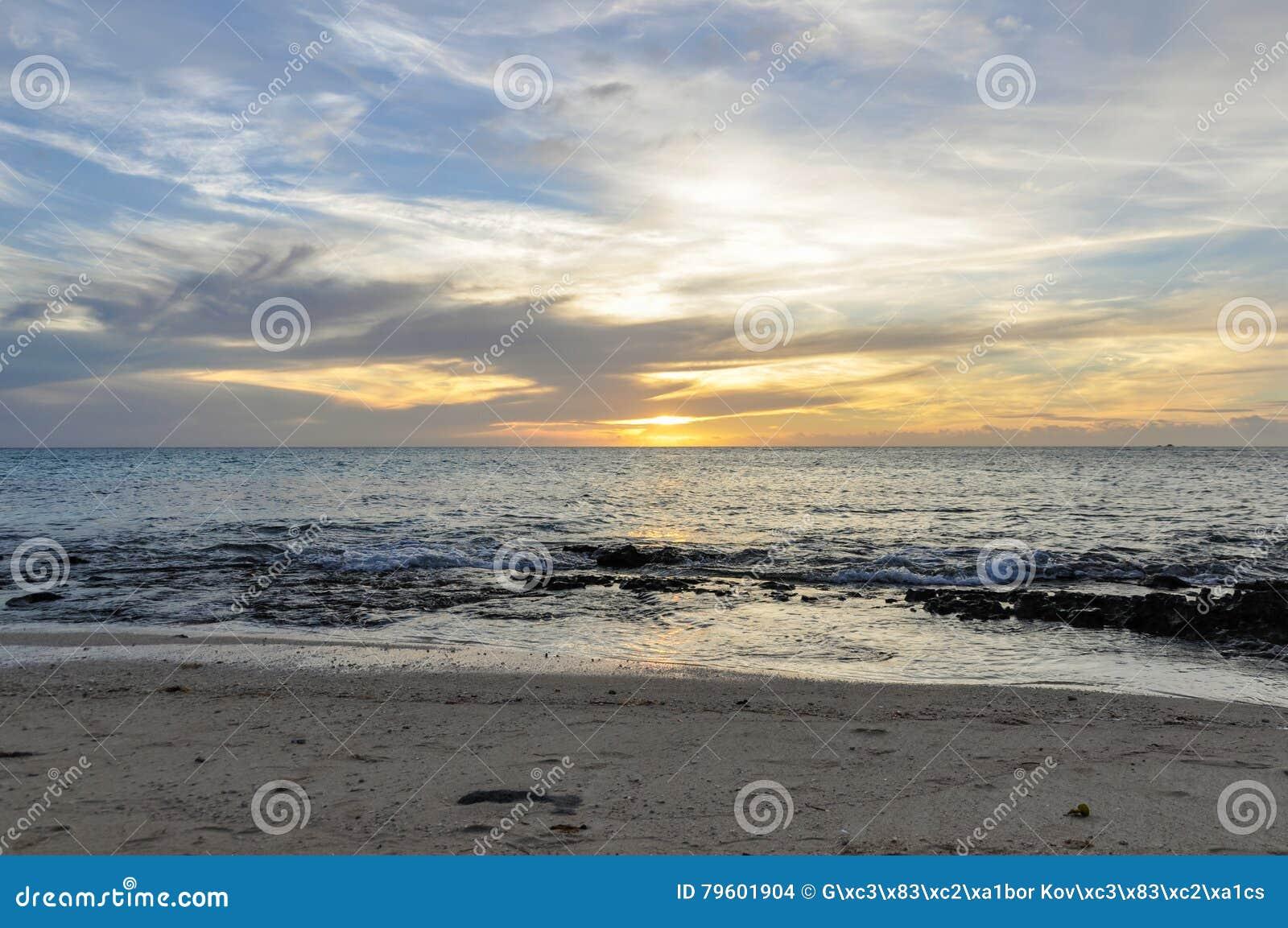 Por do sol em Mana Island em Fiji