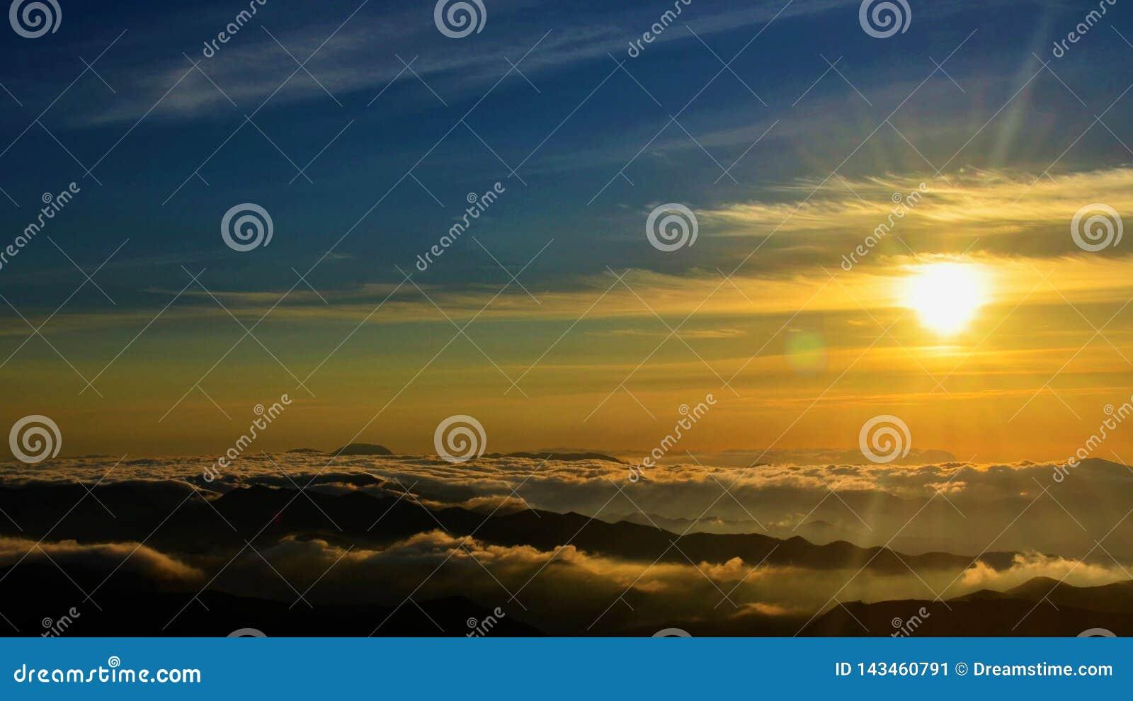 Por do sol em um alpinismo em Brasil