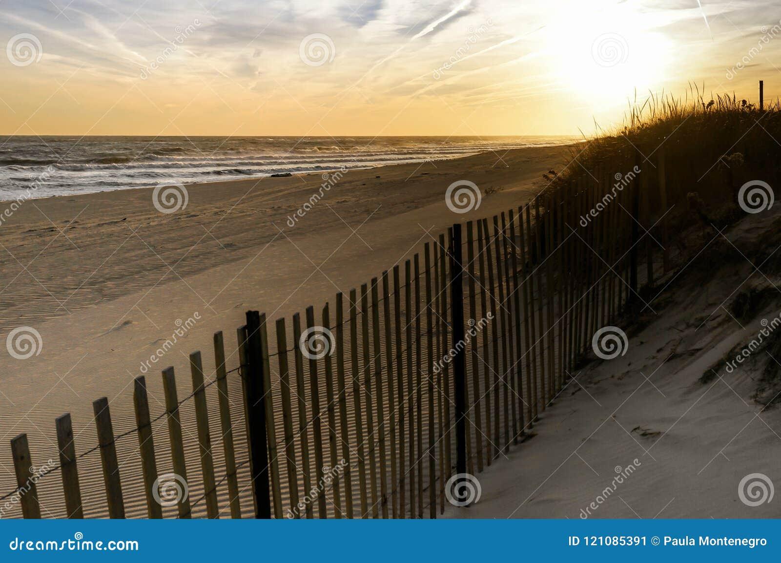 Por do sol em um dia de novembro, na praia New York de Hamptons