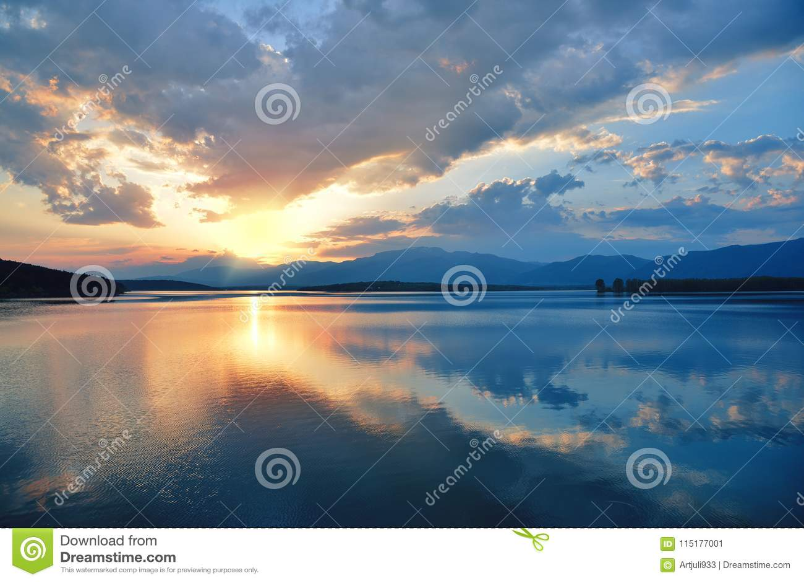 Por do sol Incredibly bonito Sun, lago Por do sol ou paisagem do nascer do sol, panorama da natureza bonita Céu que surpreende nu