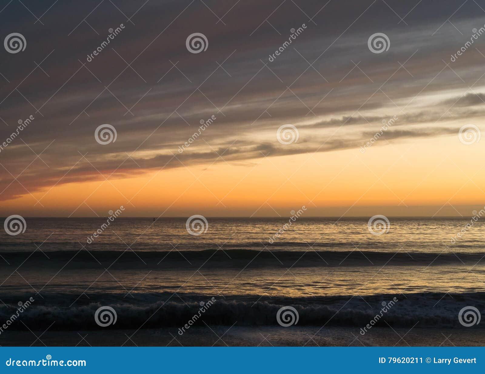 Por do sol litoral dramático
