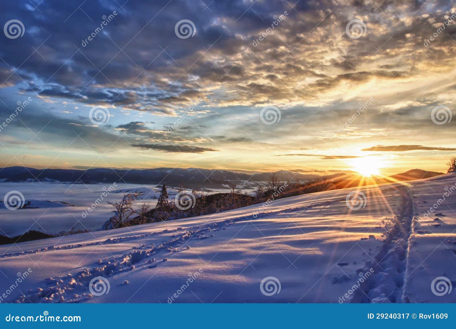 Download Por Do Sol Majestoso No Inverno Imagem de Stock - Imagem de alvorecer, novo: 29240317