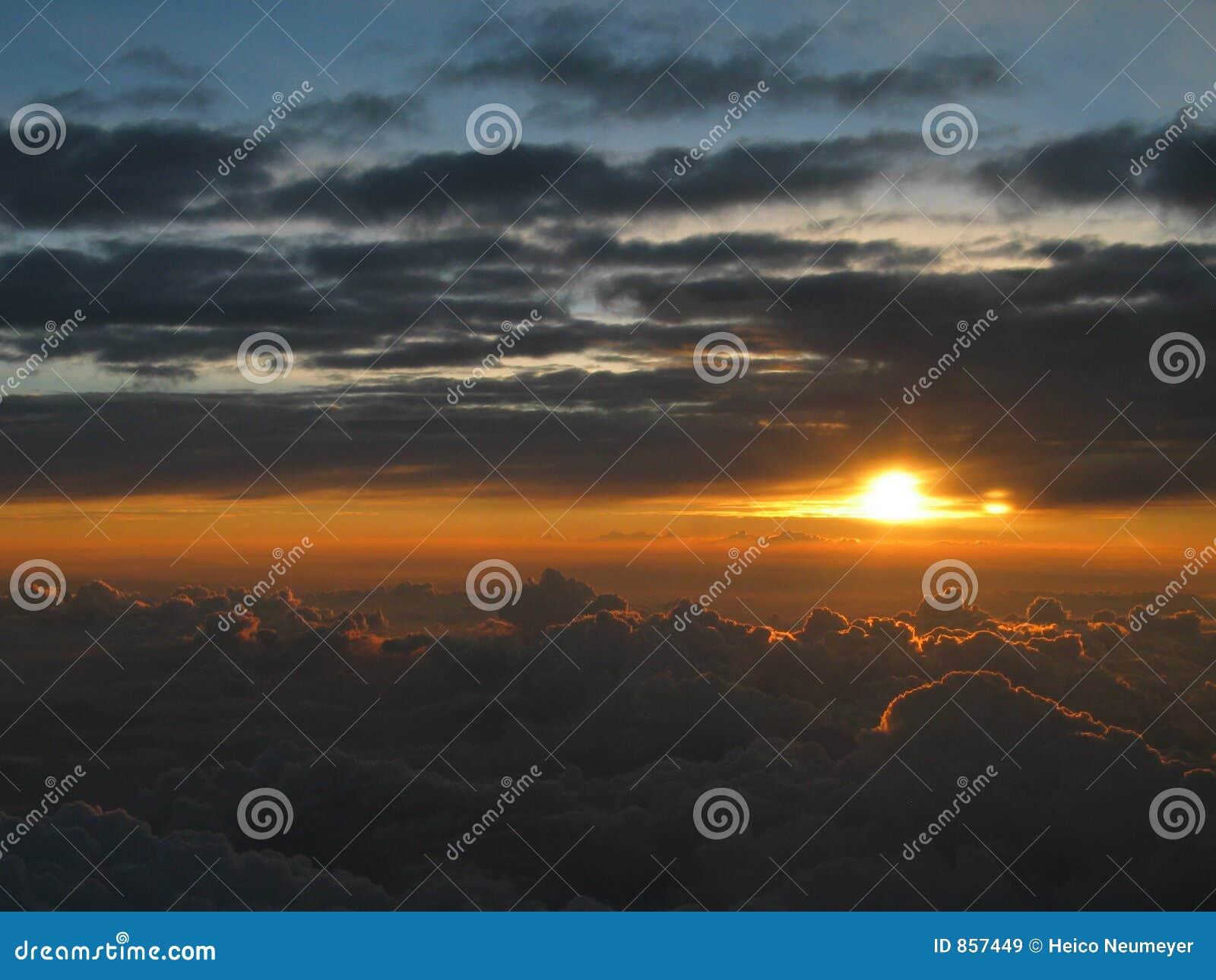 Por do sol maravilhoso acima das nuvens, atmosfera meditative calma
