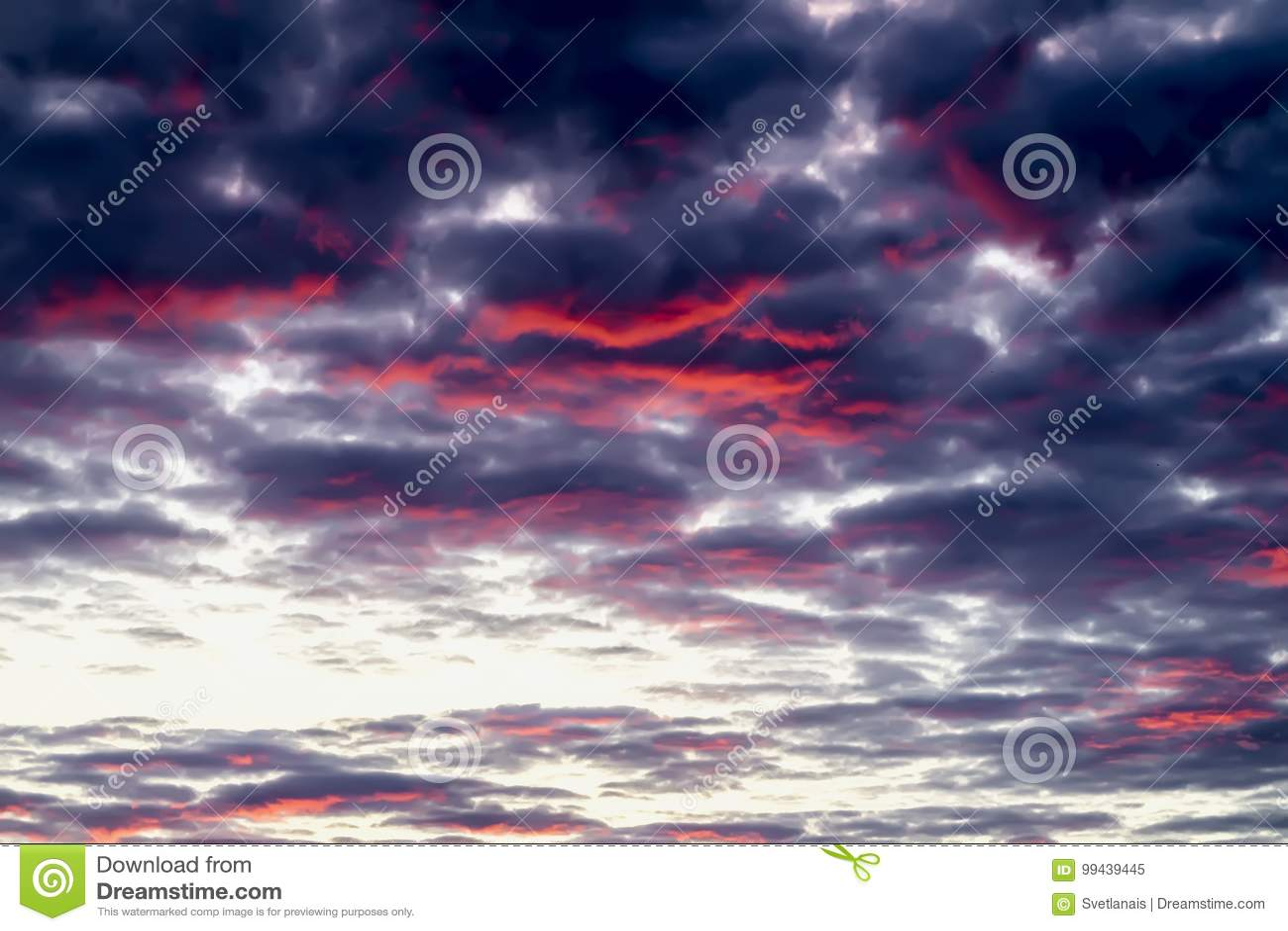 Por do sol multicolorido surpreendente fantástico, mas real com as nuvens vibrantes de incandescência no céu colorido dramático B