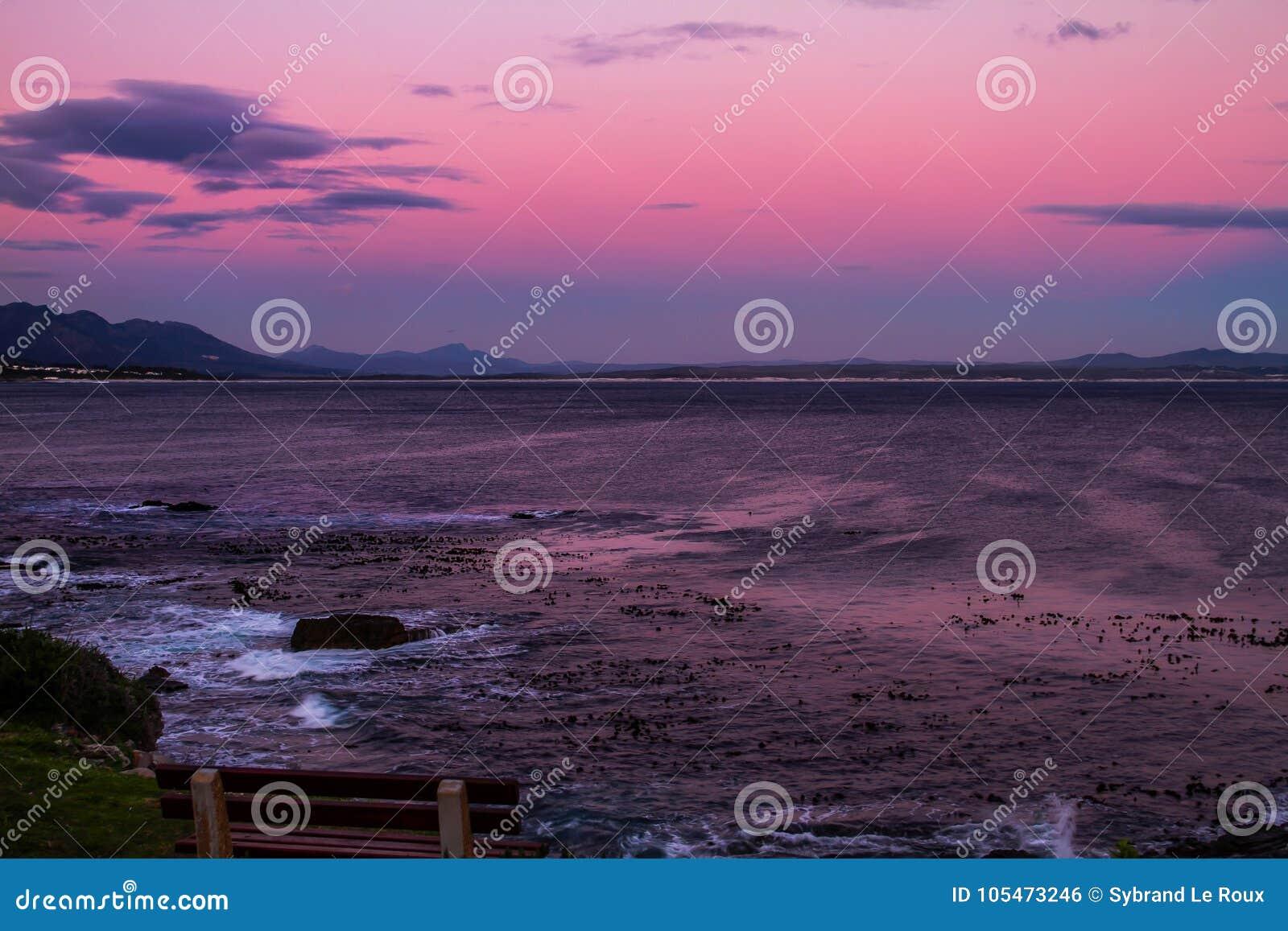 Por do sol na baía do caminhante em Hermanus, África do Sul