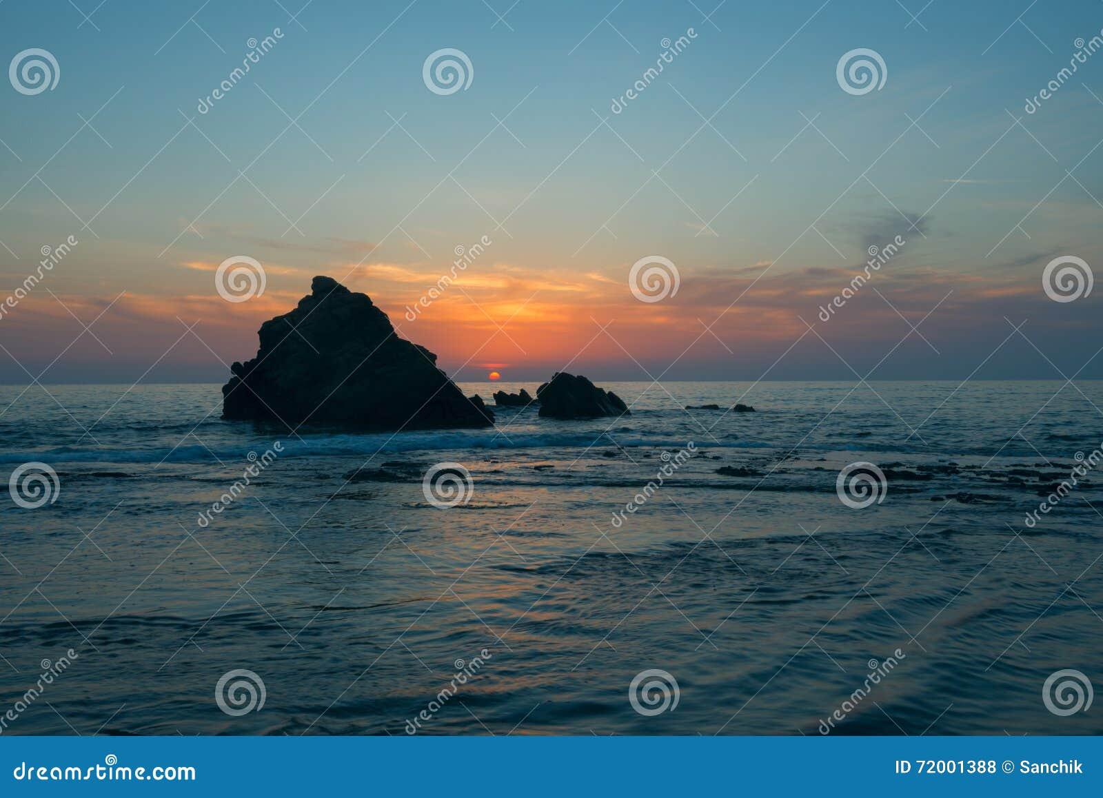 Por do sol na costa de mar