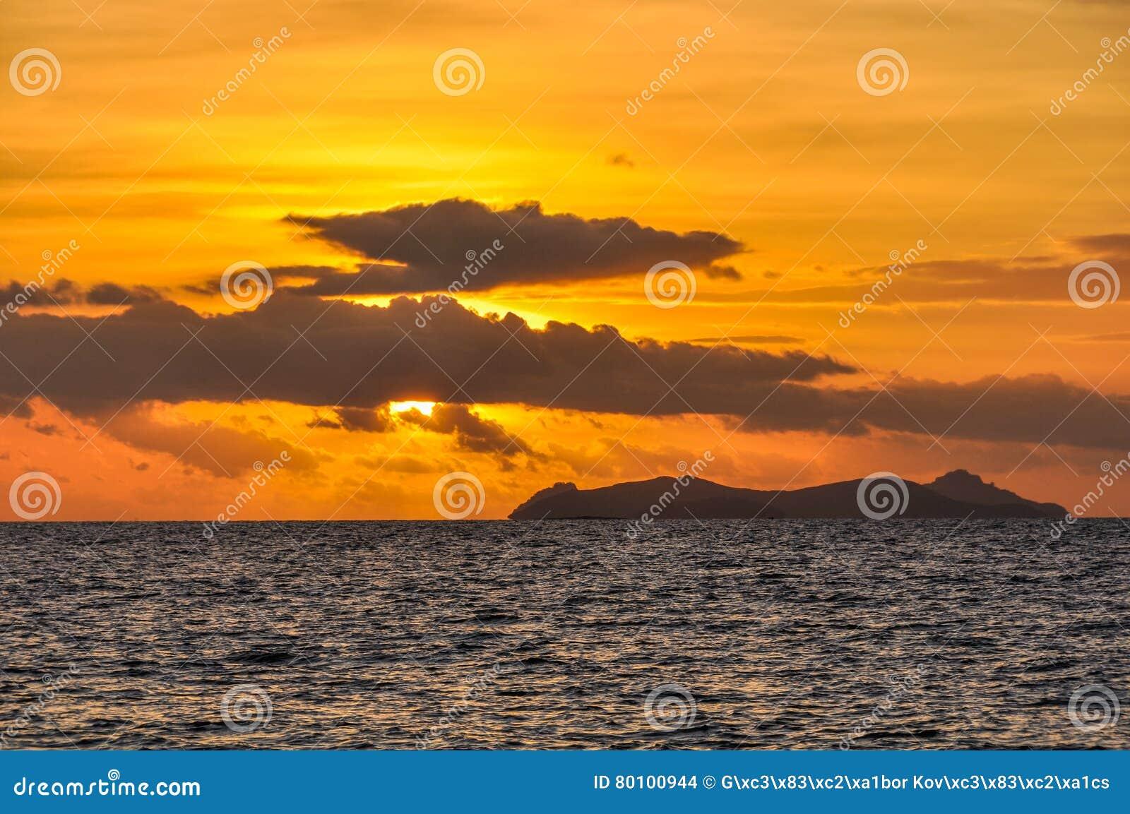 Por do sol na ilha da recompensa em Fiji