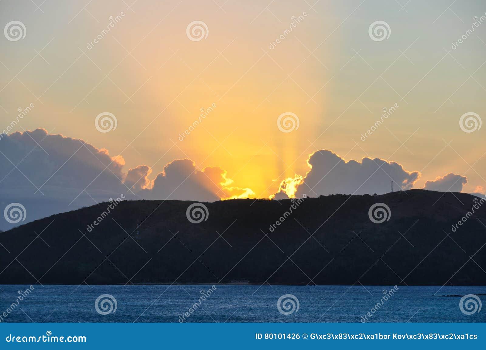 Por do sol na ilha de Nacula em Fiji
