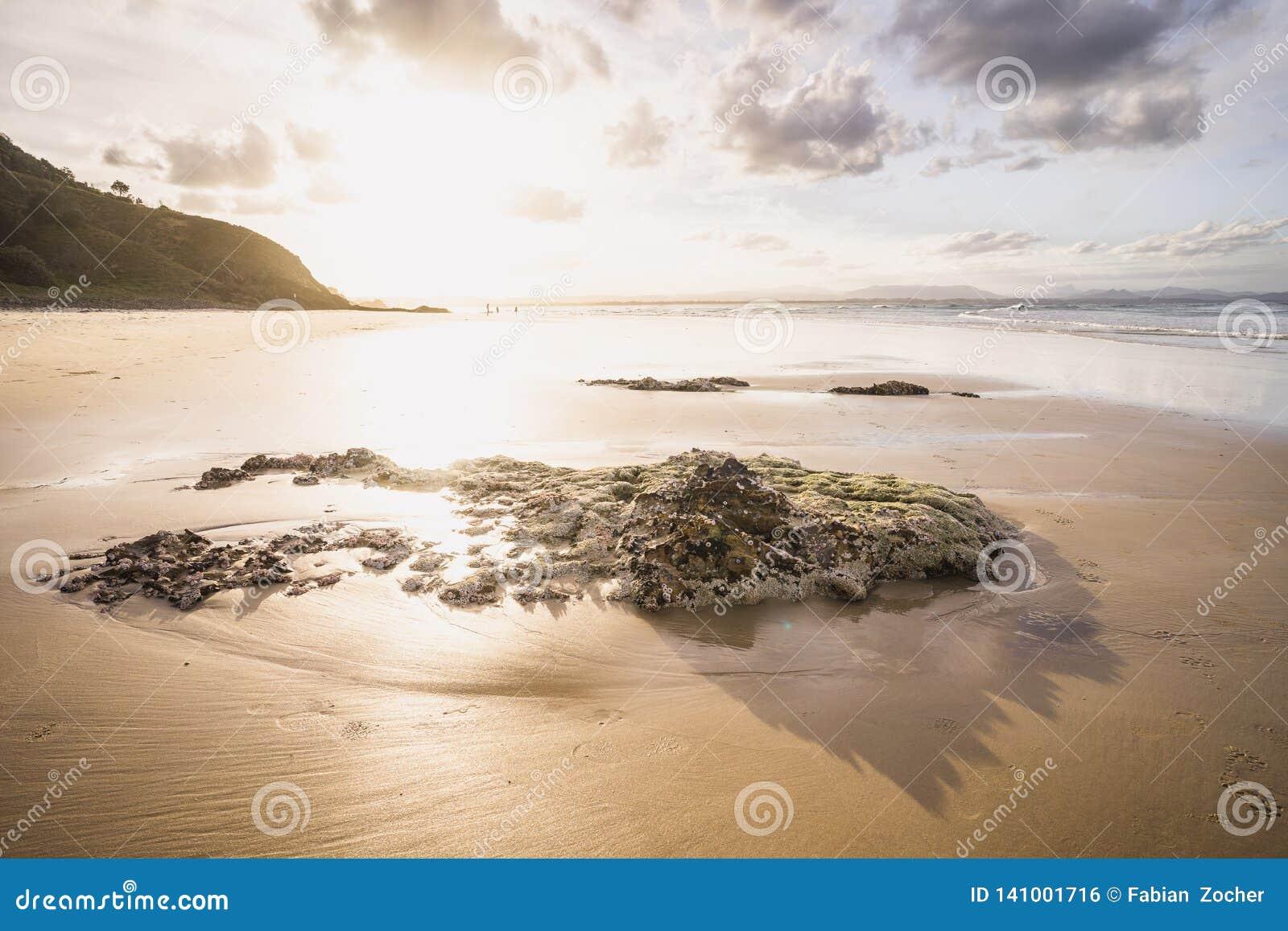 Por do sol na praia da baía do byron