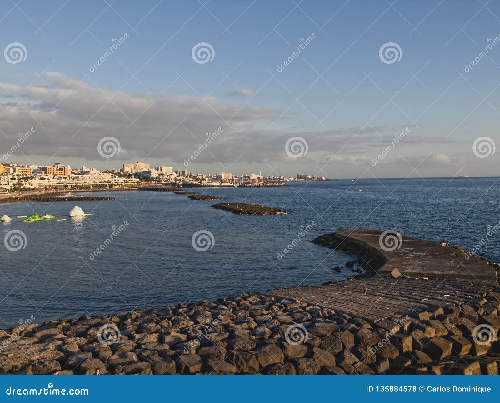 Por do sol na praia na Espanha de Tenerife