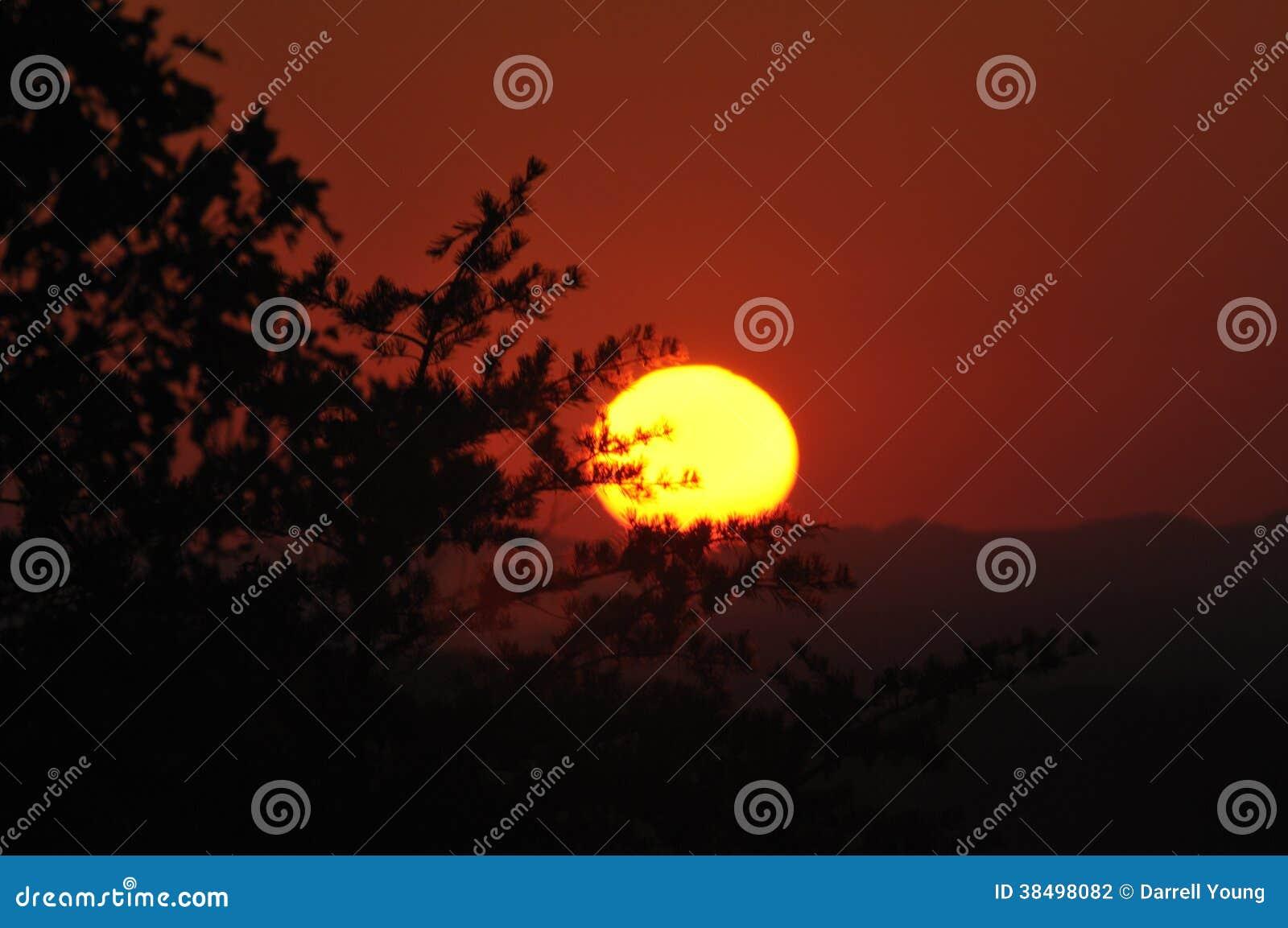Por do sol na via pública larga e urbanizada dos montes ocidental em montanhas fumarentos