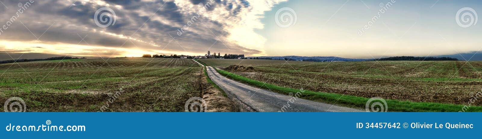Por do sol na vila rural da região de Vexin em França