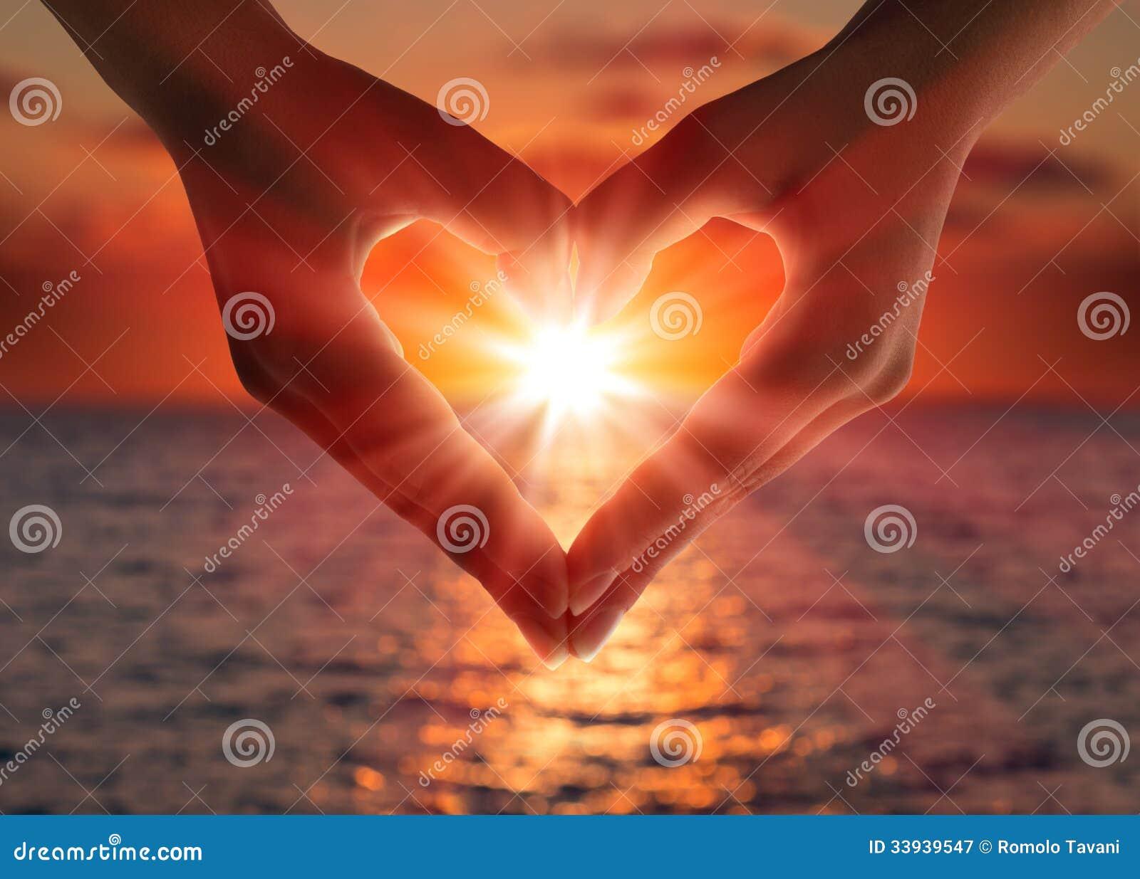 Por do sol nas mãos do coração