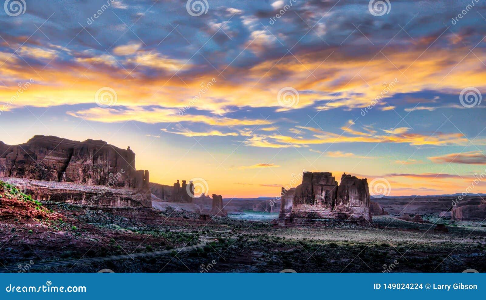 Por do sol nebuloso do Arizona do vale do monumento
