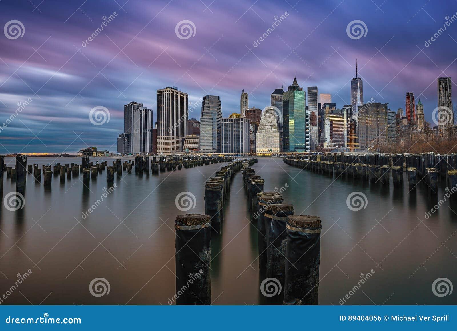 Por do sol nebuloso sobre Manhattan de Brooklyn