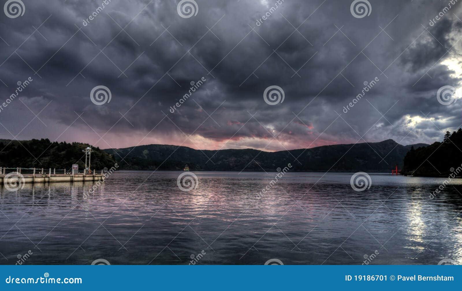 Por do sol no ashi do lago, japão