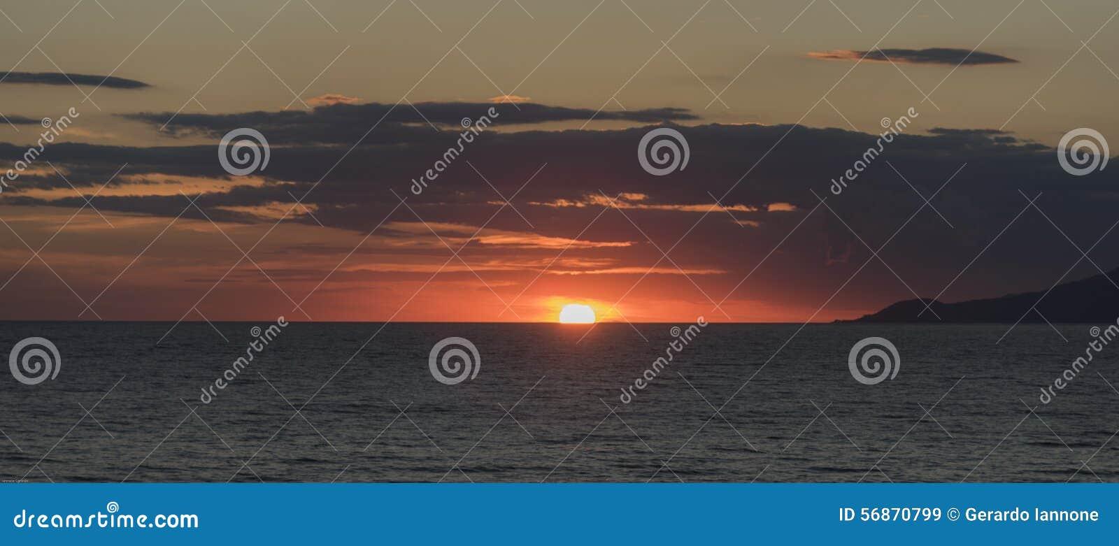 Por do sol no golfo de Palinuro Italy