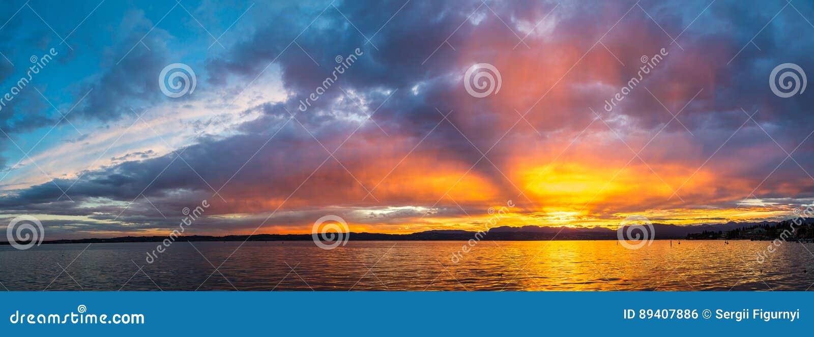 Por do sol no lago Garda em Itália