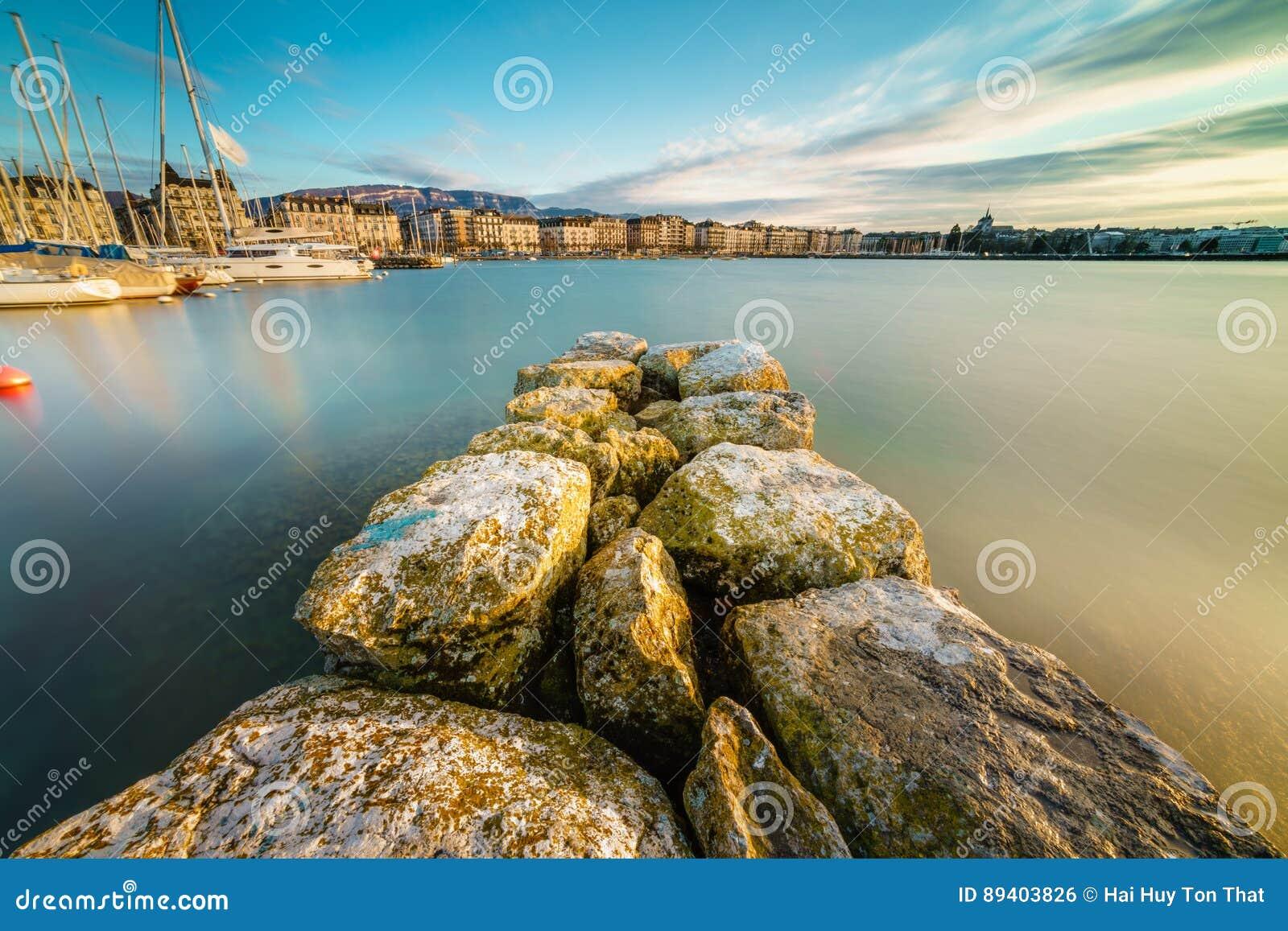 Por do sol no lago Genebra em Genebra, Suíça