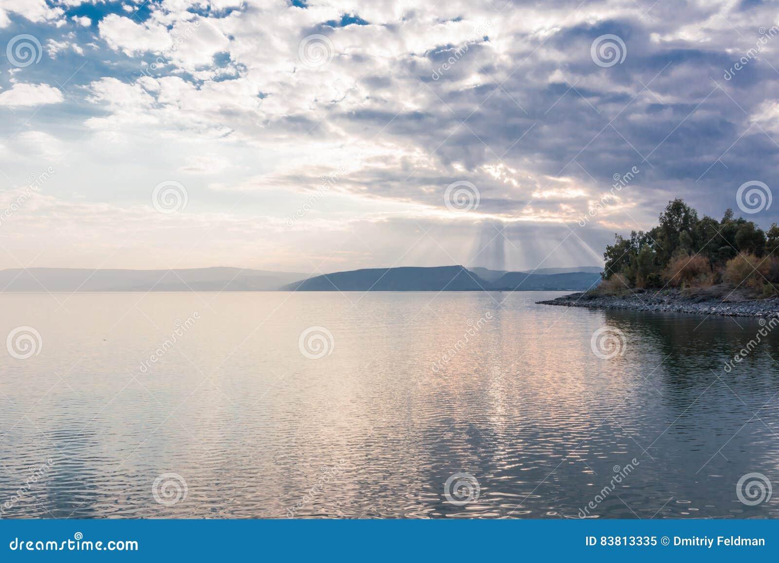 Por do sol no lago Kinneret perto da cidade de Tiberias em Israel
