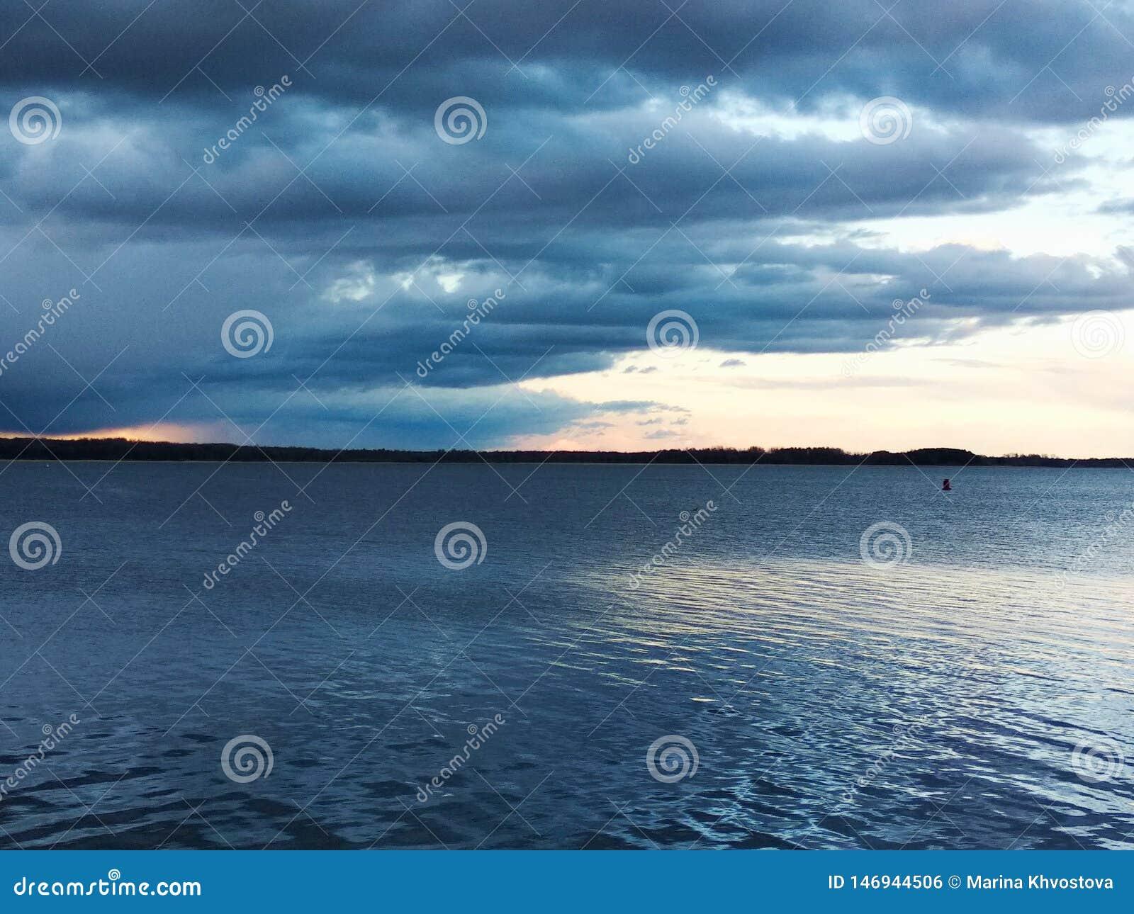 Por do sol no lago Noite quieta do ver?o