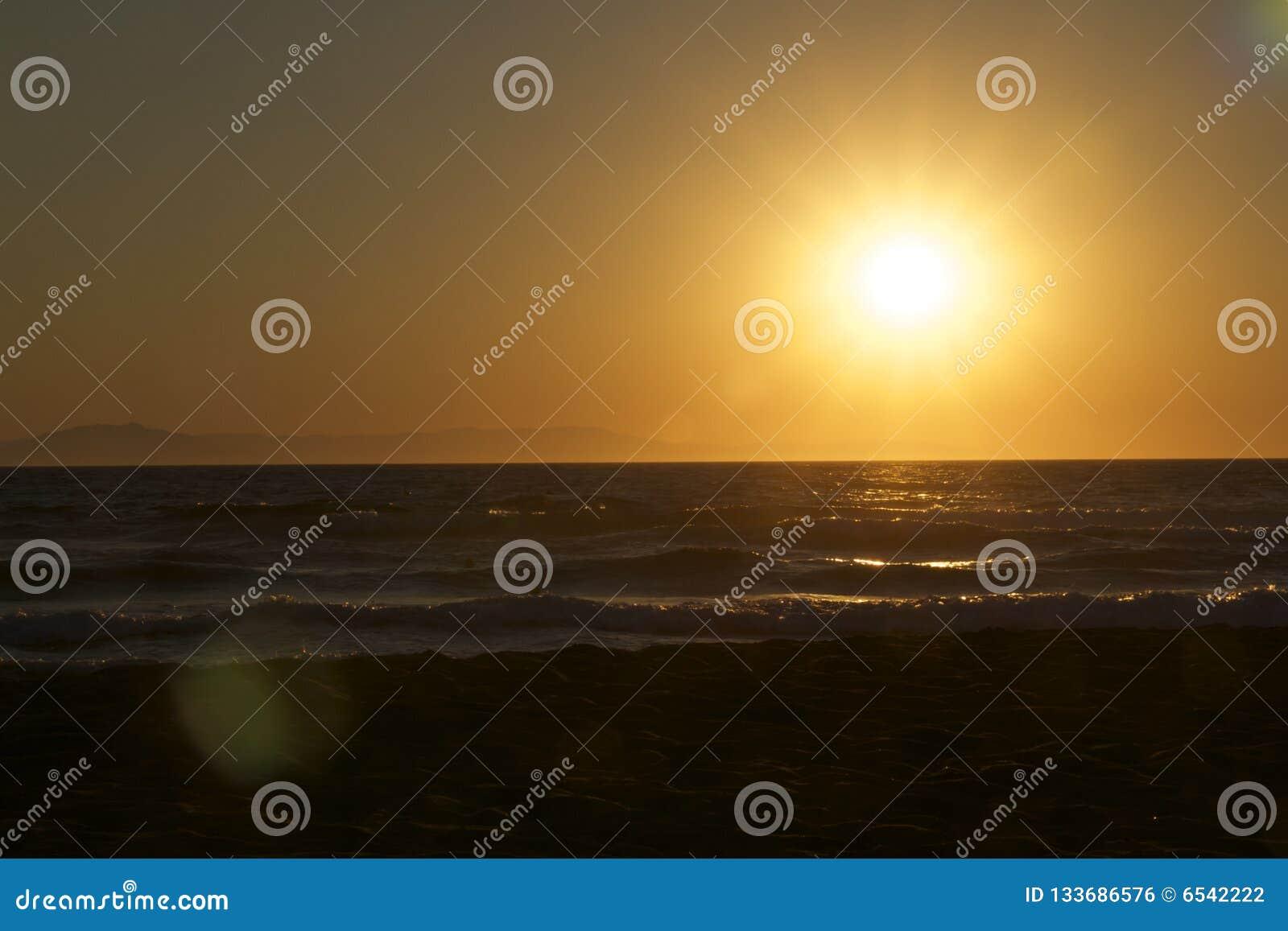 Por do sol no mar em Grécia