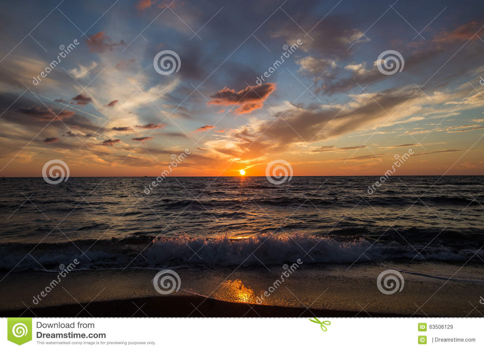 Por do sol no mar Sol brilhante no céu Ondas