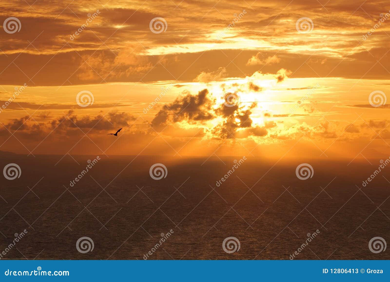 Por do sol no Oceano Índico.