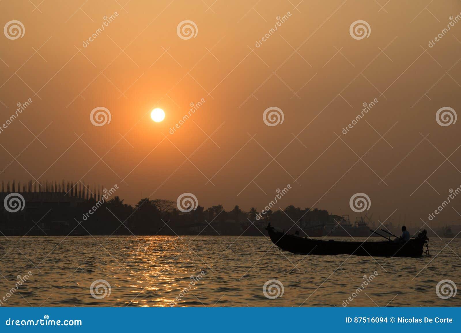 Por do sol no porto de Chittagong, Bangladesh