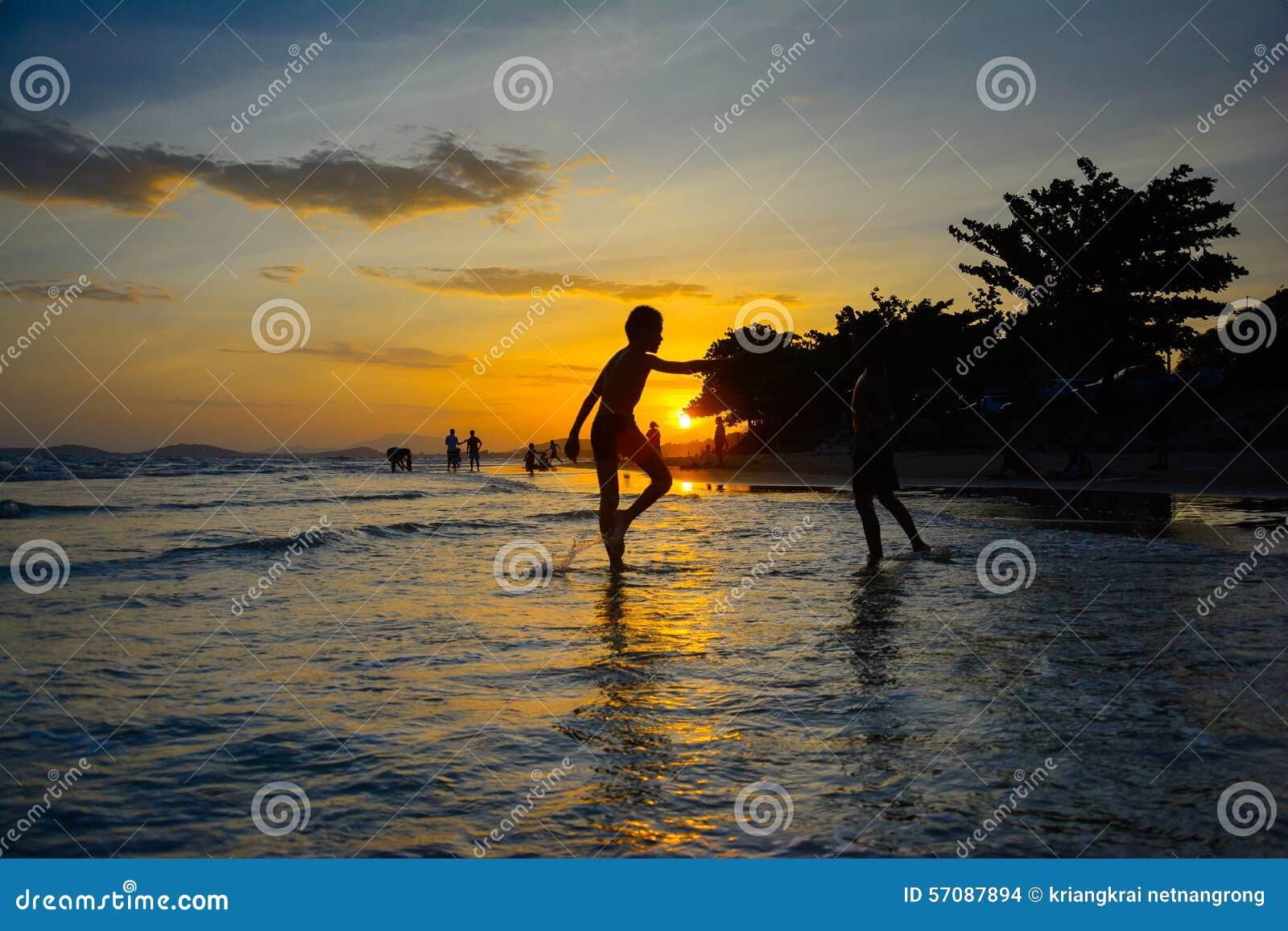 Por do sol no rayong Tailândia da praia do pim dos mae