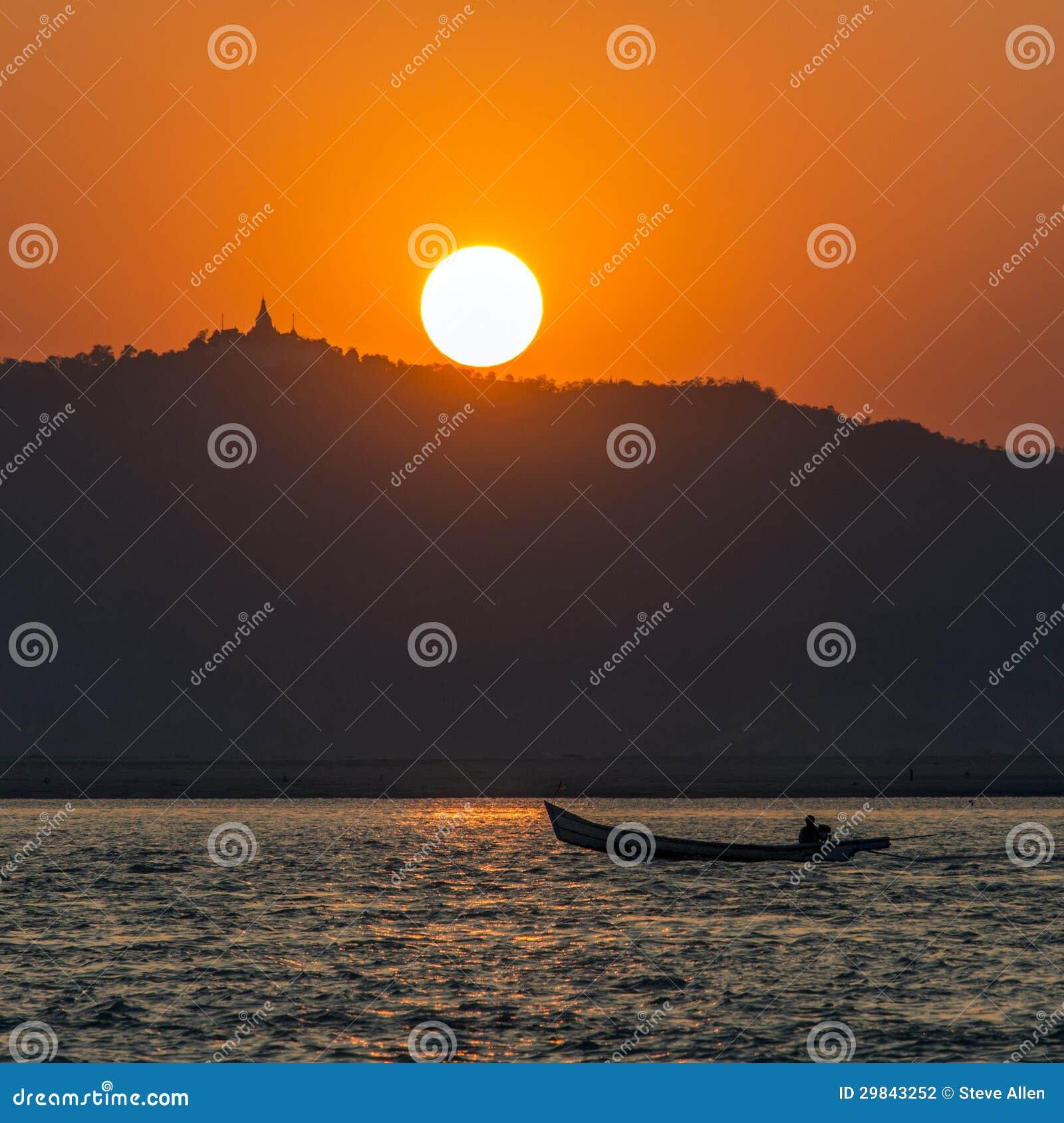 Por do sol do rio de Irrawaddy - Myanmar