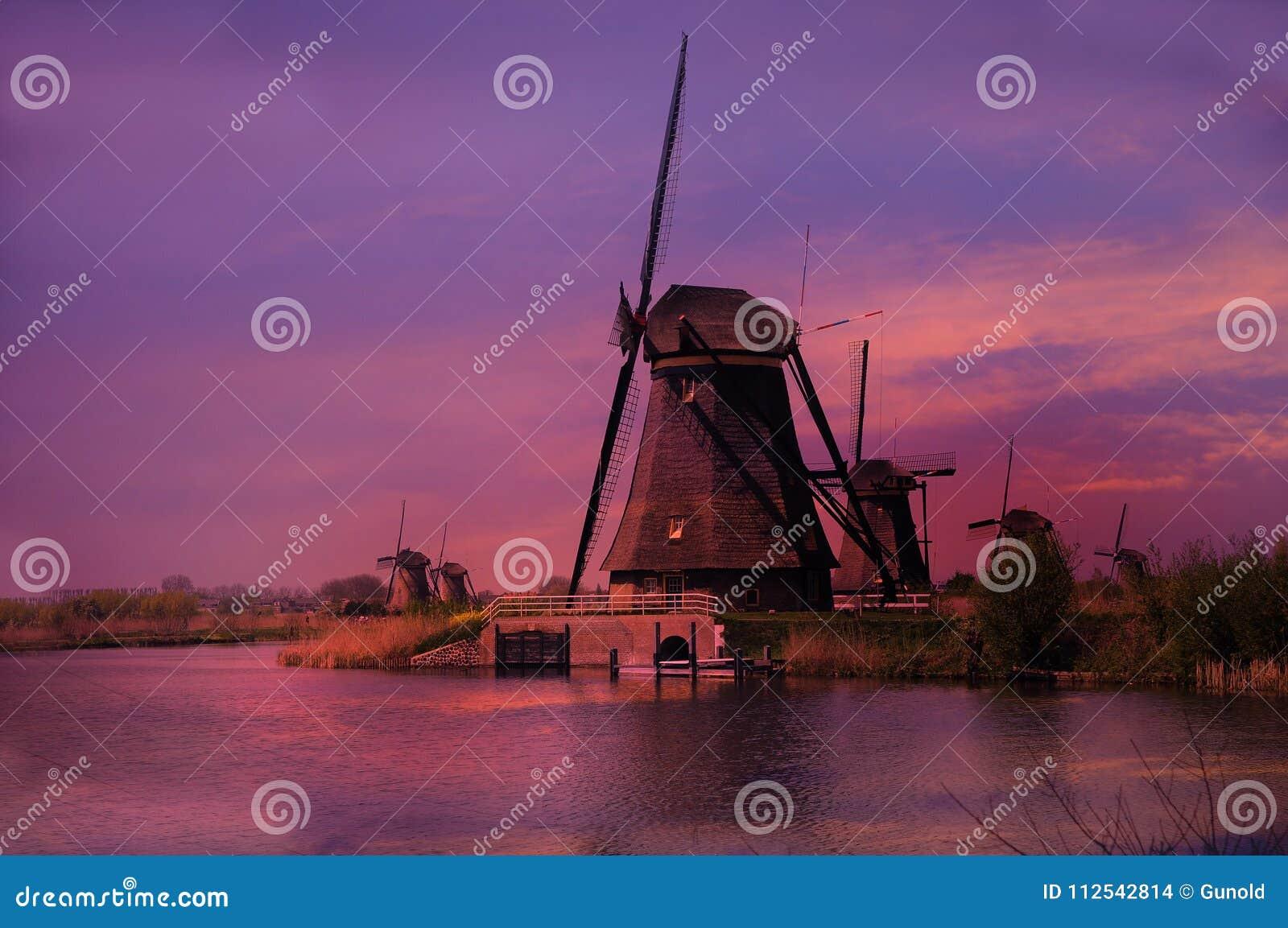 Por do sol nos moinhos de vento em Kinderdijk em Países Baixos