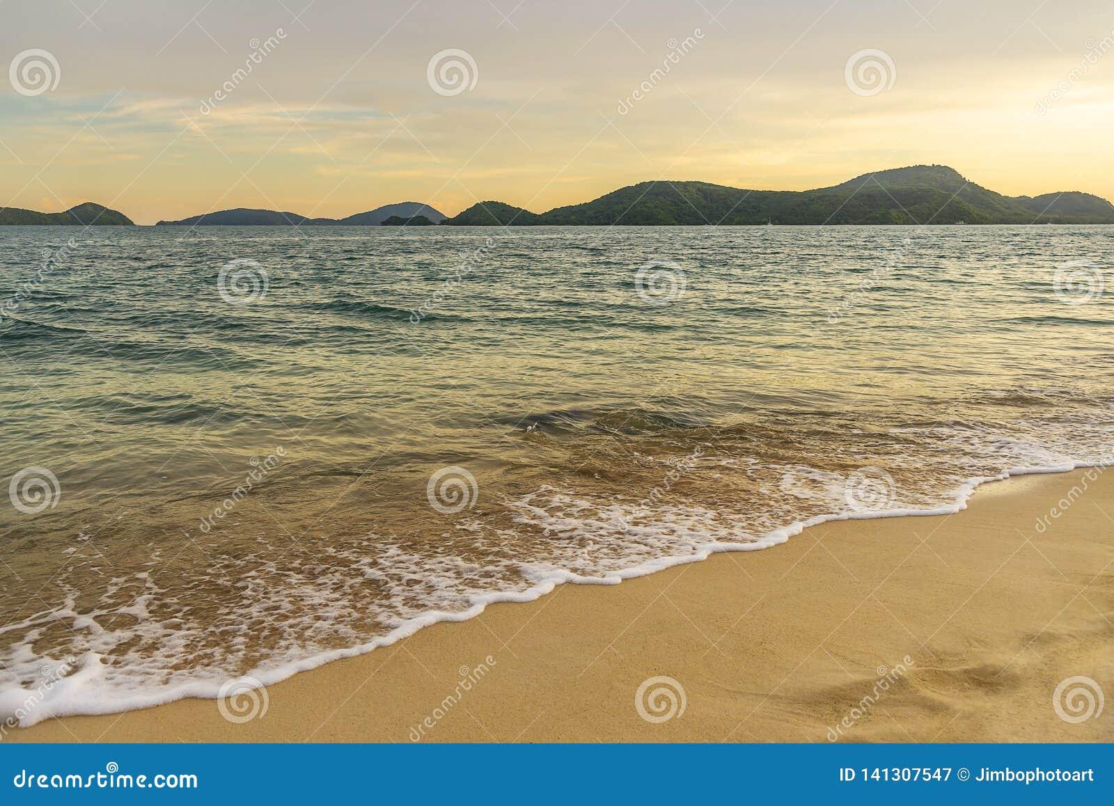 Por do sol ou nascer do sol da praia com o colorido do céu e da luz solar da nuvem